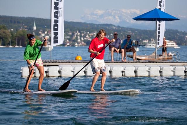 Beim Team Paddle Battle wird auf SUP Boards um die Wette gepaddelt. Bild: Nadine Kägi